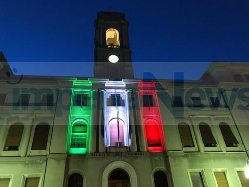 Illuminazione del Palazzo del Municipio di Imperia in occasione del termine de coprifuoco e per salutare l'ingresso in zona bianca