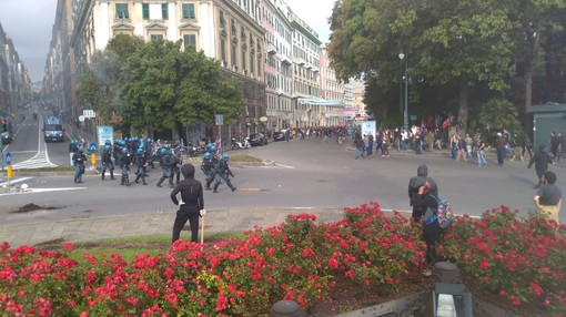 Contromanifestazione antifascista a Genova: scontri e cariche a Corvetto (VIDEO)
