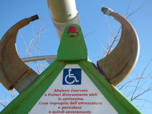 Imperia: nuovamente vandalizzata l'altalena 'inclusiva' al Parco Urbano, la denuncia de 'La Giraffa a Rotelle' (Foto)