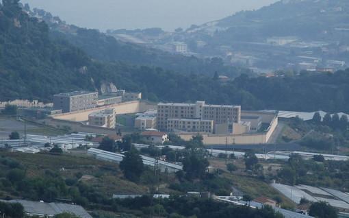 Sanremo: detenuto si masturba davanti a tutti, poi si scaglia contro gli agenti che lo richiamano