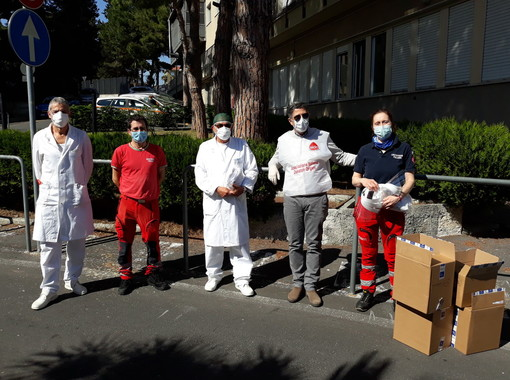 La A.I.D.O. dona mascherine e visiere agli operatori dell'ospedale di Imperia (Foto)