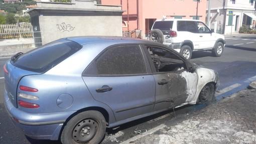 Diano Marina: auto in fiamme sull'Aurelia, intervento dei Vigili del Fuoco (Foto)