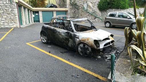 Cervo: auto a fuoco a Capo Mimosa, l'incendio è doloso, indagano i carabinieri (Foto e Video)