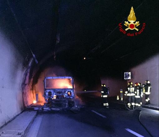 Camion in fiamme sulla A10 all'altezza di Spotorno: circolazione autostradale paralizzata, problemi anche nel ponente (Foto e Video)