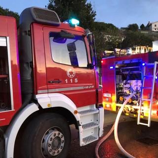 Imperia: fiamme dal motore di un'auto posteggiata, intervento dei Vigili del Fuoco in via Palestro