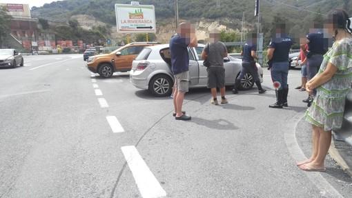 Doppio incidente in pochi minuti, a Pontedassio scontro tra una bicicletta e un'auto di fronte al Bennet (Foto)