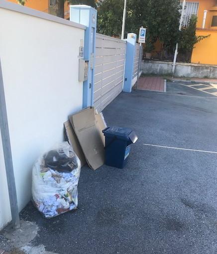 Imperia: immondizia abbandonata in via San Pio da Petrelcina, la lamentela di un nostro lettore (Foto)