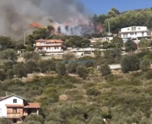Due incendi nel primo pomeriggio: Vigili del Fuoco e volontari in azione a Panegai e Costarainera (Foto e Video)