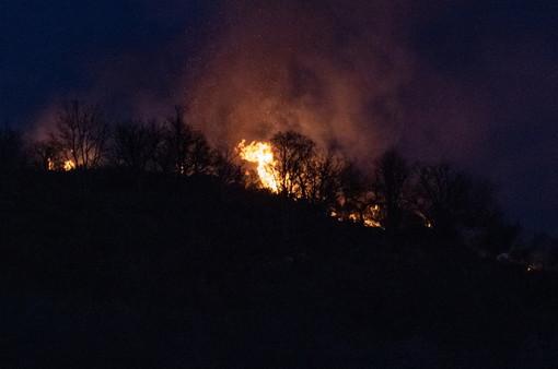 Ancora attivo l'incendio sul Monte Faudo di ieri: sul posto i Vigili del Fuoco e in arrivo i mezzi aerei