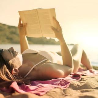 Il libro direttamente sotto l'ombrellone: a Diano Marina un nuovo servizio di prestito della Biblioteca dedicato alle spiagge