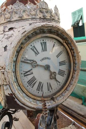 Imperia: giovedì mattina tornerà agli antichi splendori lo storico orologio di via Cascione (Foto)