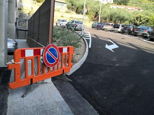 Imperia: a una settimana dall'apertura abusiva continua il parcheggio 'fai da te' nell'ala esterna della stazione (Foto)