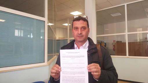 Il consigliere Roberto Saluzzo mostra il modulo per l'autocertificazione