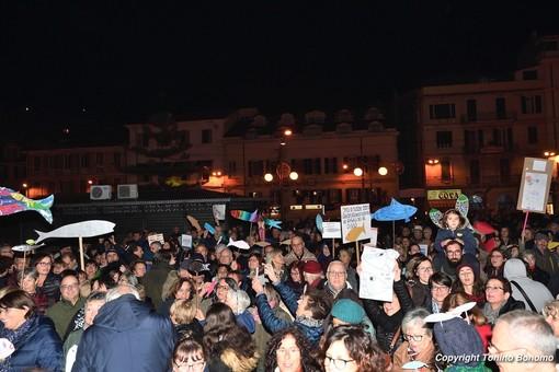 Foto della 'sardina' Mattia Santori con Benetton e Toscani: arrivano le scuse delle 'sardine' liguri