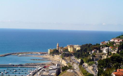 San Lorenzo al Mare: degrado alla vecchia stazione ferroviaria, una lettrice risponde alla 'turista veneta'
