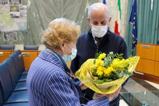 """Imperia: 8 marzo, il sindaco Scajola dona la mimosa alla centenaria Nella """"Non dimentichiamo le donne di ieri, sosteniamo quelle di oggi"""""""