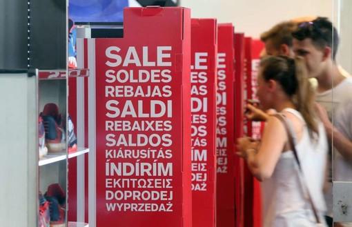 """Diano Marina, al via i saldi. Franca Weitzenmiller: """"Per le vie del centro, e non solo, molte le occasioni. Tanti i negozi che resteranno aperti sino alle 23"""""""