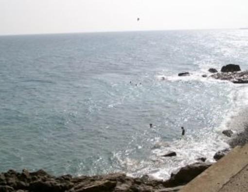 Imperia: caduta di calcinacci dal muro sopra la spiaggia della Galeazza, area messa in sicurezza dai Vigili del Fuoco