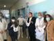 Il presidente Toti dona ai nuovi nati del 'Gaslini' i bavaglini di benvenuto nel giorno di Pasqua (Foto)