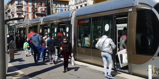 """Norme anti-covid, la segnalazione di un nostro lettore: """"A Nizza un pomeriggio di ordinaria follia, francesi indisciplinati"""" (foto)"""