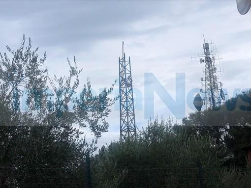 """Diano Marina, installazione dell'antenna telefonica ai 'Pini del rosso', i residenti protestano: """"È un patrimonio naturale svenduto ai privati, bisogna difenderlo"""" (foto)"""
