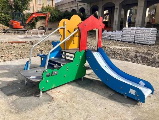 Imperia, proseguono i lavori nel parco di Castelvecchio: installata l'area giochi per i bambini (Foto)