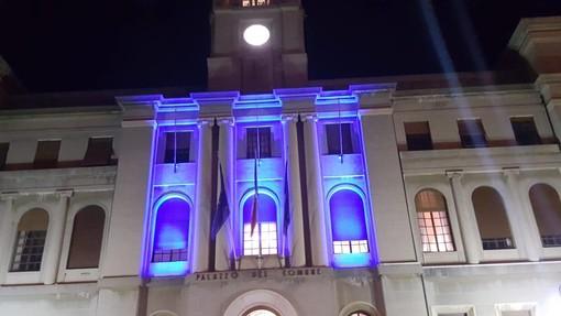 Imperia: la facciata del Comune si è illuminata di blu, colore della bandiera europea