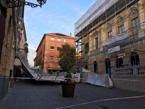 Imperia: tragedia sfiorata, crolla l'impalcatura del teatro Cavour in via Cascione (Foto e Video)