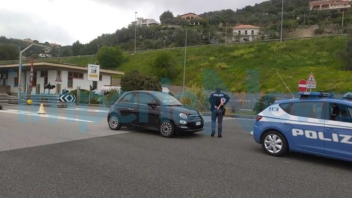 Imperia: controlli al casello dell'autostrada da parte della polizia, poche le auto in arrivo (foto)