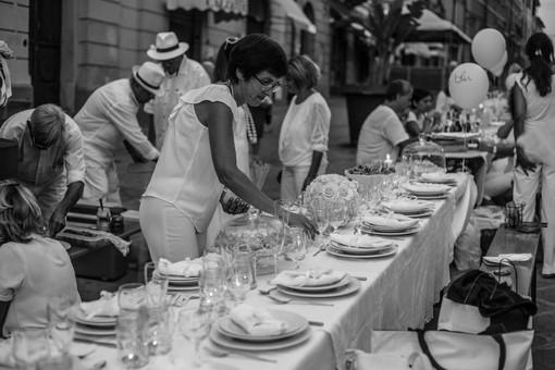La 'Cena in bianco', una delle manifestazioni che si sono già tenute in via Cascione