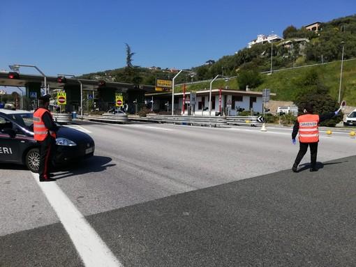 Coronavirus, ad Imperia i Carabinieri presidiano anche i caselli autostradali per prevenire l'eventuale 'esodo' verso le seconde case (Foto)