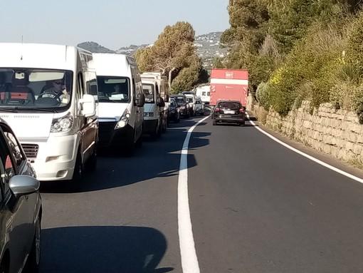 Imperia: maxi controllo della polizia municipale al Prino crea una coda lunga chilometri (foto)