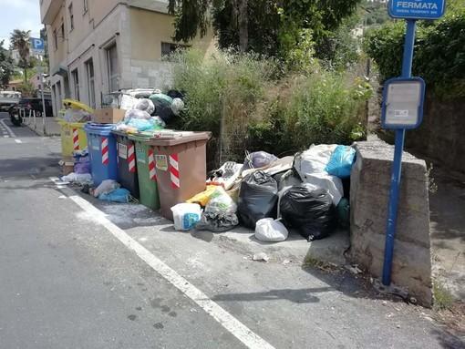 Imperia: rifiuti sparsi in via Budamà II, la segnalazione con foto di un residente