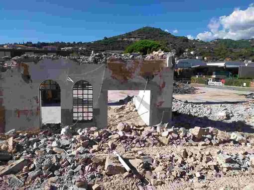Imperia: al via le operazioni di demolizione dell'ex stabilimento Sasso (foto)