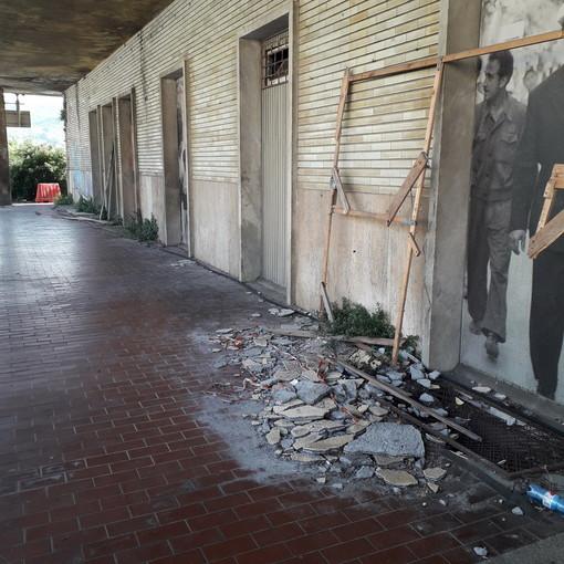 San Lorenzo al Mare: degrado attorno alla vecchia stazione ferroviaria, la segnalazione con foto di una turista veneta