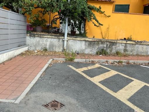 Imperia: degrado sui marciapiedi di via San Pio, lettore chiede sfalcio delle erbacce e pulizia quotidiana