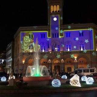 Imperia si illumina con l'accensione delle luminarie e della fontana di piazza Dante (foto e video)