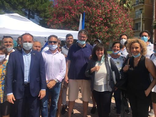 """La Lega inizia da San Bartolomeo al Mare la campagna elettorale. Pieno sostegno a Toti. Il vice segretario Giorgetti: """"Ha lavorato bene"""" (Foto e video)"""