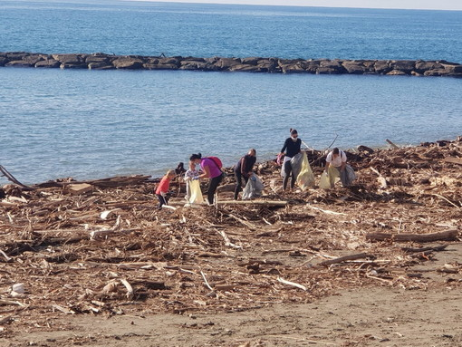 Santo Stefano al Mare, tanti i volontari che hanno partecipato alla seconda giornata ecologica organizzata dall'amministrazione comunale (Foto)