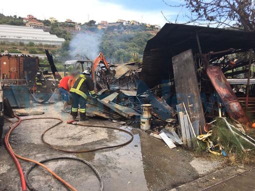 Imperia: incendio in un deposito edile di corso Allende, intervento dei Vigili del Fuoco