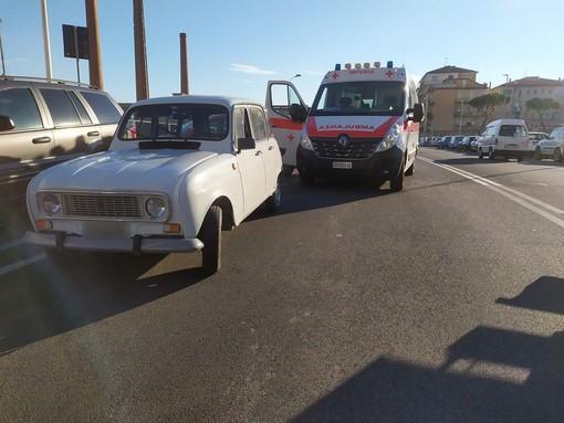Imperia: scontro tra una moto e un'auto oggi sul lungomare Vespucci, due feriti lievi
