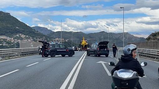 Ventimiglia: scooter tampona un'auto sul cavalcavia, centauro 26enne portato via in elicottero