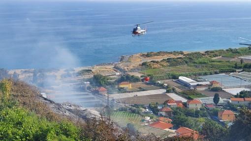 Riva Ligure: incendio di sterpaglie in zona 'Le Grange', intervento dei Vvf e strada provinciale chiusa (Foto e Video)