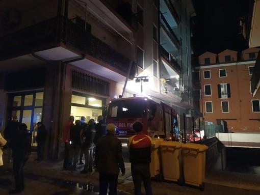 Imperia, paura in via Schiva: in fiamme un garage condominiale. Sul posto Vigili del fuoco e Polizia (foto e video)