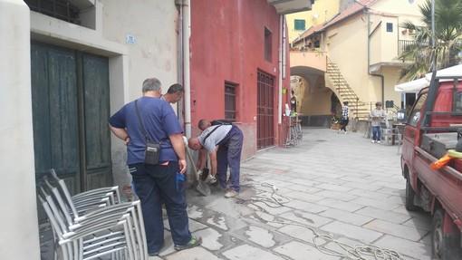 """Imperia: perdita d'acqua a borgo Foce, i commercianti """"E' fognatura"""", ma Amat smentisce, """"Solo una perdita dell'acquedotto"""" (foto)"""
