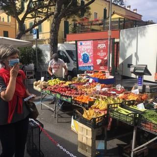 Coronavirus, Diano Marina: buona la ripartenza del mercato tra sicurezza, igiene e rispetto delle regole. Soddisfatti sia il Comune che gli esercenti (Video)