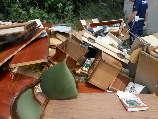 Sanremo: incarica ditta di traslochi per svuotare appartamento ma l'impresa butta tutto sotto l'autostrada