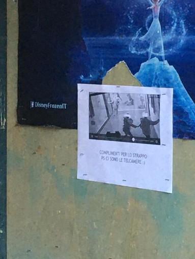 """Imperia: stacca un manifesto al cinema Centrale, i gestori appendono un foglio con il fotogramma dello strappo """"Complimenti. Ps: ci sono le telecamere"""""""