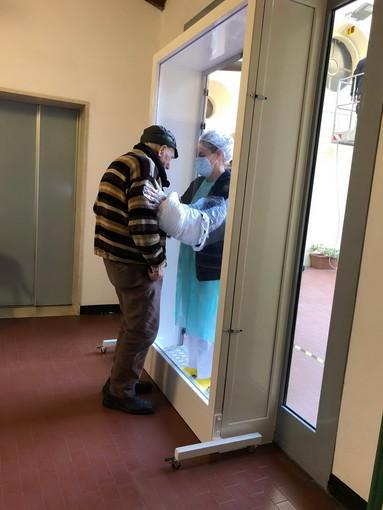 Pieve di Teco: anche alla casa di riposo 'Borrelli' è arrivato il Babbo Natale con 'La Porta degli Abbracci'