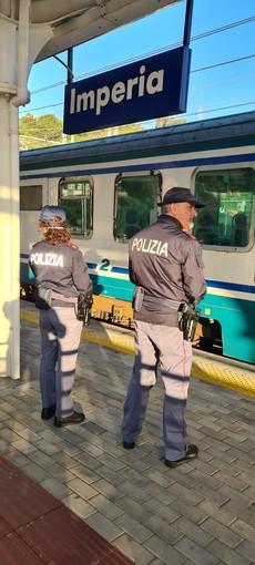 Imperia: chiede l'elemosina in treno ma di fronte a un 'no' rapina due giovani, denunciato